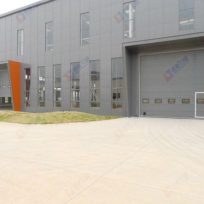 带有门中小门的工业厂房大门